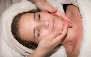 Junge Haut und Probleme mit Akne